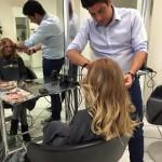 Friseur frisiert Kundin