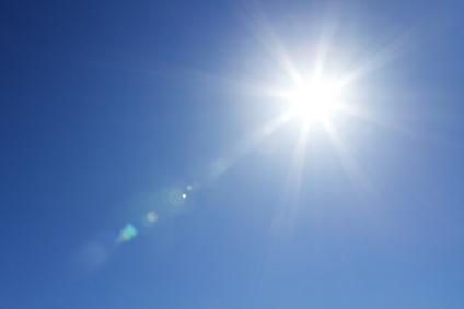 Gleißendes Sonnenlicht an strahlend blauem Himmel