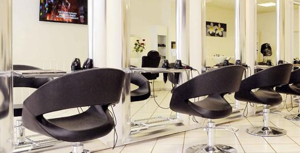 Salon - Sessel vor Spiegel