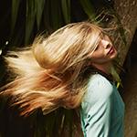 blonde lange Haare fliegen